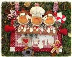 Galletas de jengibre para decorar tu hogar en Navidad. Materiales Fieltro en colores: camel, marrón, marfil, rojo, blanco y verde. Tela blanca para el gorro de chef 8 cerezas artificiales o cualquier bolita roja. Espiguilla blanca Cordón bicolor (blanco y rojo) Guata, algodón o cualquier otro relleno Moldes Tijeras Aguja e hilo Moldes Imprime los …