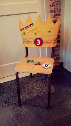 Hoes om een kleuterstoel om te toveren tot een verjaardagsstoel! Helemaal van stof (dus wasbaar) en nummers zijn verwisselbaar met klittenband!