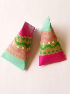 Grâce à ce bricolage pour enfants super simple, fabriquez avec trois fois rien des maracas artisanales ! Les enfants vont adorer faire de la musique (ou beaucoup de bruit) avec ces maracas en carton très colorées.