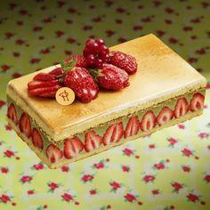 Grand classique de la pâtisserie française, le Fraisier est le gâteau de saison par excellence.  A la fois fruité et parfumé, le Fraisier par Pierre Hermé se compose d'une génoise imbibée à la liqueur de framboise et au kirsch, d'une crème savoureuse où la douce amertume des pistaches révèle le goût des fraises fraîches.