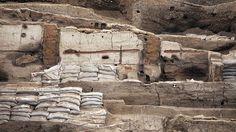 Höhlenmalereien und Grabbeigaben-Höhlenmalereien, Grabbeigaben, Teile von altertümlichen Werkzeugen und Brandspuren erzählen heute von der einstigen Metropole. In Çatalhöyük gab es weder Gassen noch Straßen. Dicht an dicht standen die Lehmziegelhäuser; die Bewohner gelangten über Dachluken ins Innere. Vermutlich war die Stadt damals aufwändig geplant worden und kein Zufallsprodukt primitiver Siedler. Die Menschen waren Jäger und Sammler, betrieben aber auch Viehzucht und Ackerbau. Warum…