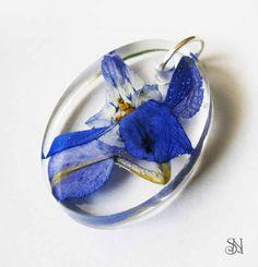 Živicový prívesok s fialovým kvetom  Crystal resin pendant with a real flower.