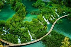 Plitvicer Seen, Croatia. The 16 Plitvice Lakes in Croatia are arranged in steps, linked by waterfalls, and can be explored by walkways or by boat Dubrovnik, Places Around The World, Around The Worlds, Places To Travel, Places To Go, Plitvice Lakes National Park, World Pictures, Nature Pictures, Natural Wonders