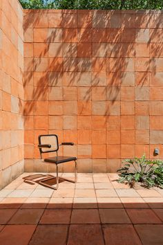 Exterior courtyard of a home in Tequesquitengo, Mexico remodelled by Architects, Productora - Photo by Luis Gallardo - Home Design, Interior Design, Interior Architecture, Interior And Exterior, Wall Exterior, Orange Interior, Outdoor Spaces, Outdoor Living, Casa Patio