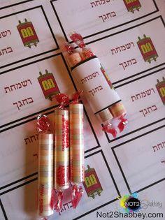 Not 2 Shabbey: Sukkot - Simchat Torah Edible Crafts. Includes link to printable labels! Yom Kippur Crafts, Simchat Torah, Jewish Crafts, Jewish Art, Feast Of Tabernacles, Jewish Celebrations, Edible Crafts, Edible Favors, Edible Art