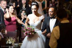 Na hora que a noiva faz a grande entrada, ninguém quer perder nenhum detalhe. A fotografia é o que nos faz recordar desses momentos.    Tenha seu casamento registrado por fotógrafos profissionais!  contato@aboveall.com.br  www.aboveall.com.br