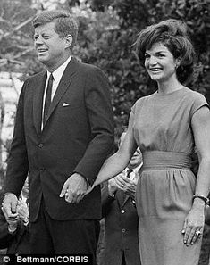 Nadire Atas on the First Lady of Style Jackie Kennedy President Kennedy and the First Lady hold hands as they meet with delegates to the 1962 Conference for Democratic Women. May 1962 Jacqueline Kennedy Onassis, John Kennedy, Jfk And Jackie Kennedy, Jaqueline Kennedy, Les Kennedy, Carolyn Bessette Kennedy, Lee Radziwill, Madison Square Garden, Lyndon B Johnson