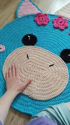 Crochet Mat, Crochet Rug Patterns, Crochet Carpet, Crochet Home, Easy Crochet, Crochet Stitches, Knitting Patterns, Amigurumi Patterns, Crochet Flower