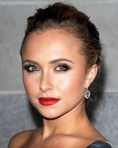 WOW! How come Hayden Panettiere is looking so amazing with that make up, in spite of her being a Soft Autumn like Mischa or Mary Kate? The answer is simple: she is more intense and she is obviously deeper than the other Soft Autumns, even if she may seem to have identical coloring to Mischa or Mary Kate. She only seems to be identical to them as far as coloring is concerned.