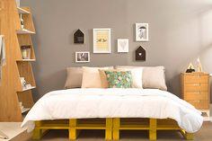 O quarto não possui uma cabeceira na cama, mas os quadrinhos, por sua vez, fizeram as honras e enfeitaram a parede da cama <3