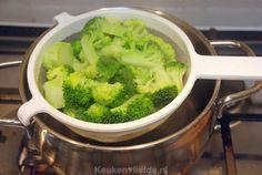 Broccoli-ovenschotel met kip, champignons en krieltjes - Keuken♥Liefde Goulash, Slow Cooker, Food And Drink, Vegetables, Drinks, Group, Board, Recipes, Tomatoes