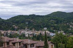Des de l'Espai Montseny, l'oficina de turisme, es pot gaudir de les vistes de Viladrau, des del casc antic i el que l'envolta, que es troba tot concentrat prop del campanar, fins a les petites cases, la majoria construïdes a principis del segle XX per les famílies benestants.
