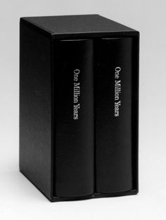 On Kawara, One Million Years, 2 volumes, 2012 pages chacun, 14,4 x 10,5 cm chacun, Édition limitée à 60 exemplaires numérotés et signés, 500 exemplaires numérotés et 10 épreuves d'artiste, Produit et publié en 1999 par les Editions Micheline Szwajcer & Michèle Didier
