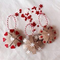 Il est encore temps de faire quelques décorations avant Noël ! Voilà une idée à faire avec vos lutins et trois fois rien ! ...