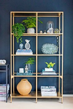 Gold bookshelf against a dark blue wall – Bookshelf Decor Gold Bookshelf, Gold Shelves, Home Living Room, Living Room Decor, Ikea Shelves, Shelving, Decor Inspiration, Decor Room, Home Decor