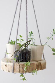 Jak co środę kolejna #inspiracja :) #Drewno sprawdzi się naprawdę w wielu sytuacjach - na przykład jako wisząca półka na kwiaty. Naturalnie i pomysłowo, prawda? :)Foto: http://bit.ly/2rn5kiE