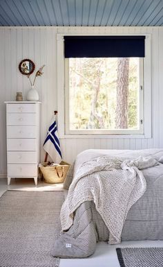 An Idyllic Finnish Summer Cabin on the Water's Edge White Wood Furniture, White Bedroom Furniture, Furniture Decor, Living Room Furniture, Summer Cabins, Turquoise Door, Timber Cabin, Cabins And Cottages, Cozy Cabin