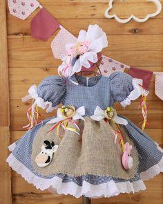 "Vestido festa junina ""Caipirinha chique"" no Little Girl Gowns, Gowns For Girls, Little Girls, Girls Dresses, Baby Girl Dress Patterns, Baby Dress, Dior Kids, Cowgirl Birthday, Dress Cake"
