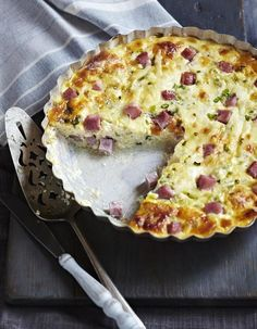 """A light dish with 3 SmartPoints per person (Weight Watchers Freedom program). Discover the preparation of the recipe """"Lorraine quiche without Weight Watchers dough"""" Weight Watchers Breakfast, Weight Watchers Meals, Weight Watcher Points, Programme Weight Watchers, Yummy Pancake Recipe, Yummy Food, Pancake Recipes, Quiches, Courgettes Weight Watchers"""