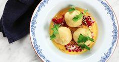 Tom Sjöstedts kroppkakor görs på kokt potatis och fylls med rimmat sidfläsk, lök och kryddpeppar. Servera med rårörda lingon, ovispad grädde och brynt smör.