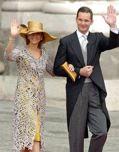 La infanta Cristina lució un vestido de raso en color oro viejo y, encima, un abrigo de Guipur en gris perla. En la cabeza, una espectacular pamela de rafia parasisol asimétrica con adorno de picos en tono champán, diseñada por Mabel Sanz