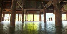 厳島神社の千畳閣は天正15年に豊臣秀吉が大経堂として建立したもの。が、秀吉の死により工事が中断し、板壁も天井板もない未完のままの姿で、畳857枚分の大空間が広がっています。磨かれた床に写る景色が幻想。