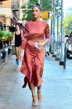 Shay Mitchell struts down the sidewalk in a chic, asymmetrical dress in New York City on Wednesday. Fashion Tips For Women, Diy Fashion, Love Fashion, Fashion Outfits, Shay Mitchell Style, Striped Crop Top, Types Of Dresses, Minimal Fashion, Asymmetrical Dress