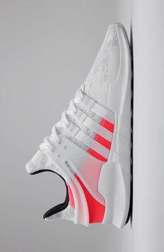 De EQT schoenen schudden de wereld voor het eerst wakker in de jaren 90 en zijn sindsdien een cult-favoriet. Deze op hardlopen geïnspireerde schoen kijkt terug op het oorspronkelijke design en draagt de sportieve stijl met trots.