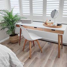 Stolní kosmetické zrcátko s LED osvětlením, které je nejlepší volbou pro každodenní líčení. Přiblížení až 10x. Nabíjení pomocí USB. Materiál: Ocel Rozměr: 14,5 x 11,5 x 29,8 cm. Minimalist Scandinavian, Makeup Essentials, Office Desk, Usb, Woodworking, Living Room, Furniture, Home Decor, Desk Office