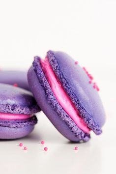 Learn how to make a classic French Macaron! It's actually pretty easy to make homemade macarons. Every bite of this sweet vanilla macaron with vanilla buttercream filling is melt-in-your-mouth goodness. The perfect dessert recipe! Macaron Dessert, Macaron Cookies, Macaroon Cake, Homemade Desserts, Köstliche Desserts, Dessert Recipes, Homemade Macarons, Easy French Macaron Recipe, Macaroons Flavors