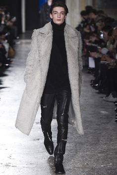 See all the Collection photos from Costume National Homme Autumn/Winter 2016 Menswear now on British Vogue Fashion Week Hommes, Mens Fashion Week, Runway Fashion, High Fashion, Winter Fashion, Fashion Show, Fashion Trends, Milan Fashion, Guy Fashion