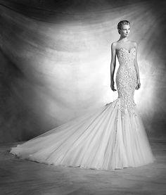 veranda, collectie 2016 Een echte lady zou deze extravagante trouwjurk niet misstaan. Het nauwsluitende jurkje is rijkelijk versierd met stenen en kraaltjes. Op het achterpand ter hoogte van heupen is een unieke versiering aangebracht. Heel elegant met de knoopjessluiting en bijna onzichtbare organza op de rug. De uitwaaierden aangerimpelde rok geeft de jurk een extra impuls van extravagantie. #exclusief #couture #zijde # #extravagant #atelierpronovias #koonings