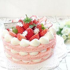 いいね!388件、コメント9件 ― @sugar_ribbon0928のInstagramアカウント: 「 2018.1.24◽いちごのネイキッドケーキ◽ こんばんは 月曜日は、関東でも大雪になりました❄️❄️❄️ 毎日、寒くて、身体がついていけないです…」 Cake Cookies, Cupcake Cakes, Bolo Chiffon, Just Desserts, Dessert Recipes, 21st Cake, Fantasy Cake, Kawaii Dessert, Number Cakes