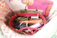 Japanese style Bag organiser by STORY QUILT, via Flickr-->bolsos dentro de bolsos