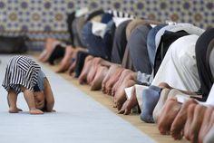 Dalla Cina, all?Afghanistan, alla Turchia: per la maggior parte dei musulmani è incominciato oggi  il mese di digiuno del Ramadan. Nella foto, un bimbo imita adulti in preghiera nella grande Moschea di Strasburgo (Reuters)