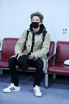 Chanyeol - 150420 Gimpo Airport, arrival from Tokyo Credit: 널 만나, 봄. (김포공항 입국)