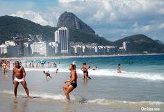 El fútbol en las venas. Tarde de domingo en la playa de Copacabana, Río de Janeiro, Brasil