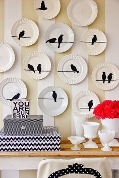 21 Ideas para decorar paredes con platos / 21 Ideas to decorate the walls with plates Painted Plates, Plates On Wall, Plate Wall Decor, Hanging Plates, Hand Painted, Plate Art, Plate Design, Pottery Painting, Diy Wall Art
