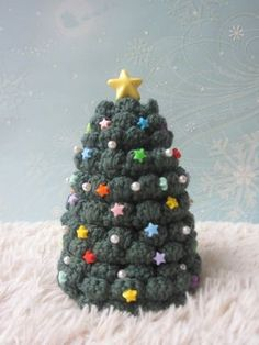かぎ針編みで 小さなクリスマスツリーを作ってみませんか? この時期 海外のサイトでは ありとあらゆるクリスマスツリーの図案が出回ります。...