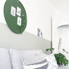 Wit/grijs/groen, geschilderde lambrisering in de kleur kiezelgroen; magneetbord Marie in Army Green van deens.nl - fotografie en styling door @milou_nieuwenhuis