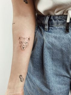 Lion Tattoo Girls, Small Lion Tattoo For Women, Female Lion Tattoo, Cross Tattoos For Women, Leo Tattoos, Funny Tattoos, Cute Tattoos, Body Art Tattoos, Tatoos