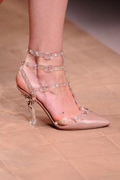 Tendencia de primavera: moda traslúcida: detalle de zapatos de la pasarela de Valentino http://www.glamour.mx/moda/articulos/tendencia-de-primavera-transparencias-plasticas/1384
