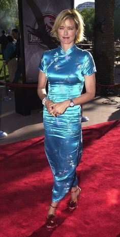 And the unavoidable consequence of wearing one of these dresses as demonstrated by Tea Leoni in 2001 was the crotch area wrinklefest that happened the moment you sat down. 90s Party Outfit, 90s Outfit, 2000s Fashion Trends, Oriental Dress, 90s Fashion Grunge, 90s Grunge, 20th Century Fashion, Haute Couture Fashion, Vintage Style Dresses
