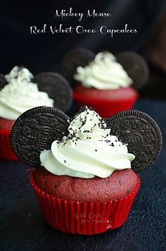 These are Red Velvet Oreo Cupcakes and they are a slice of heaven! Red velvet cupcakes made with crushed Oreo cookies and cream cheese frosting. Disney Cupcakes, Oreo Cupcakes, Cupcake Cakes, Oreo Cookies, Disney Cakes Easy, Sugar Cookies, Gourmet Cupcakes, Flower Cupcakes, Strawberry Cupcakes