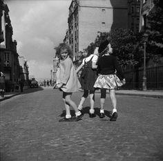 """Paris vers 1938""""Petites filles à Montmartre"""" Photo:Pierre Jahan"""