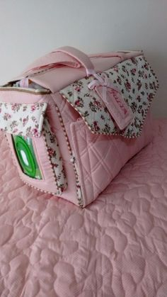 juntandoretal … together … – Baby Utensils Ideas Patchwork Baby, Baby Sewing Projects, Baby Kit, Baby Diaper Bags, Bag Patterns To Sew, Quilted Bag, Baby Quilts, Baby Love, Baby Dolls