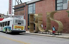Cette installation BUS est un arrêt de bus évident ! Trois grandes sculptures comme celle-ci ont été installées un peu partout dans la ville...