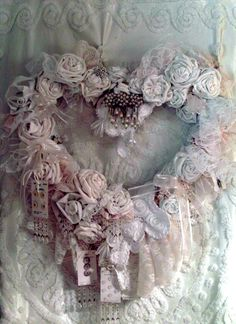 Penny's Vintage Home: My Romantic Christmas Tree -idea for a shabby chic Christmas wreath Couronne Shabby Chic, Shabby Chic Kranz, Shabby Chic Mode, Shabby Chic Hearts, Shabby Chic Wreath, Shabby Chic Vintage, Shabby Chic Stil, Estilo Shabby Chic, Shabby Chic Interiors