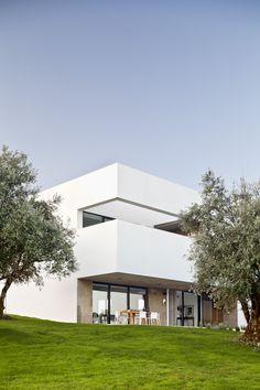 Villa Extramuros by Vora Arquitectura - TravLiving Minimal Architecture, Facade Architecture, Villa, Hotel Portugal, Patio, Modern Buildings, Architect Design, Modern House Design, My Dream Home