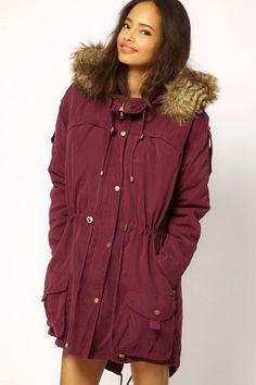 Wer hat eigentlich gesagt, dass ein Parka khakifarben sein muss? Deswegen tragen wir im kommenden Herbst/Winter auch dieses Modell von Asos in der wohlklingenden Farbe Burgund (um 100 Euro, über asos.com).